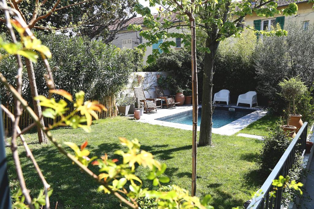 """A garden outside Maison d'hôtes """"L'atelier"""""""