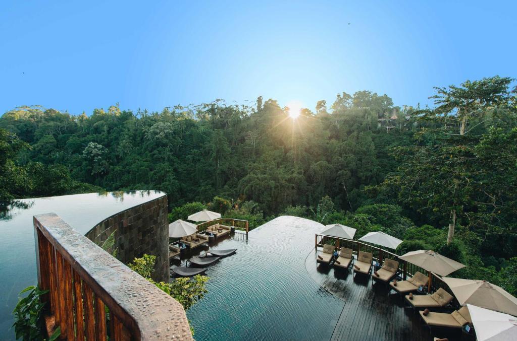 Uma vista da piscina em Hanging Gardens of Bali ou nos arredores