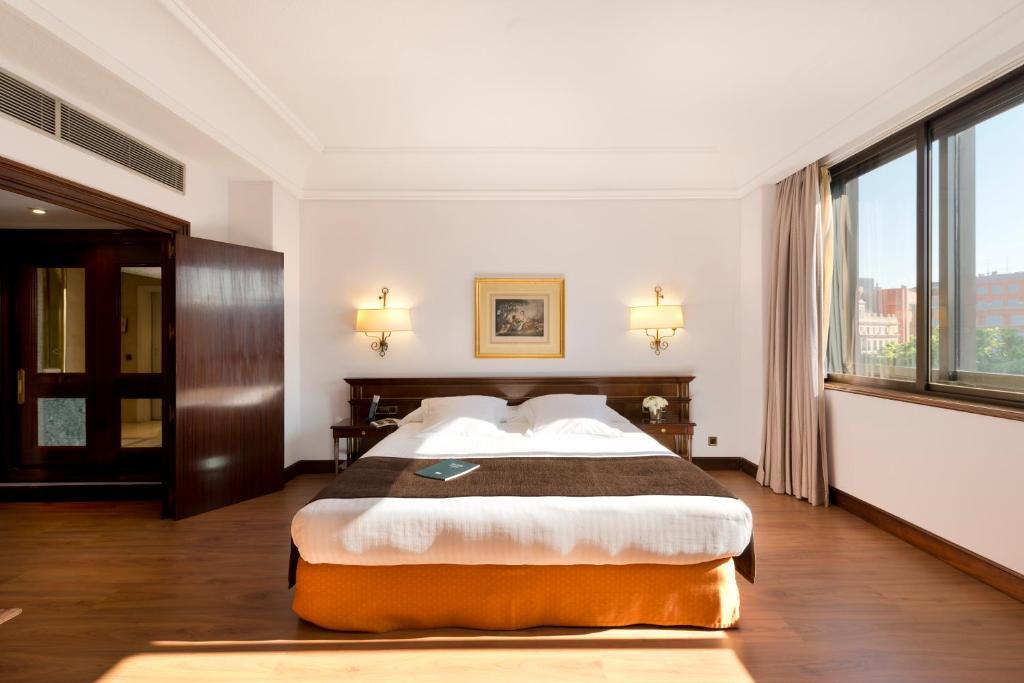 Cama o camas de una habitación en Hotel Miguel Angel by BlueBay