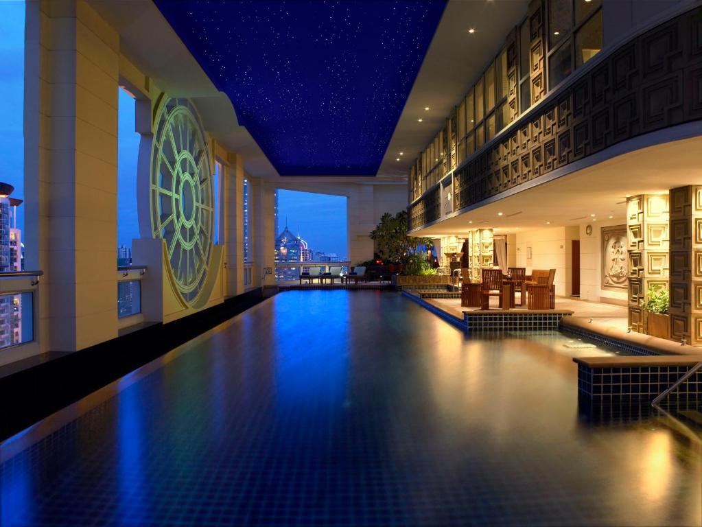 The swimming pool at or close to Marriott Executive Apartments Mayfair Bangkok