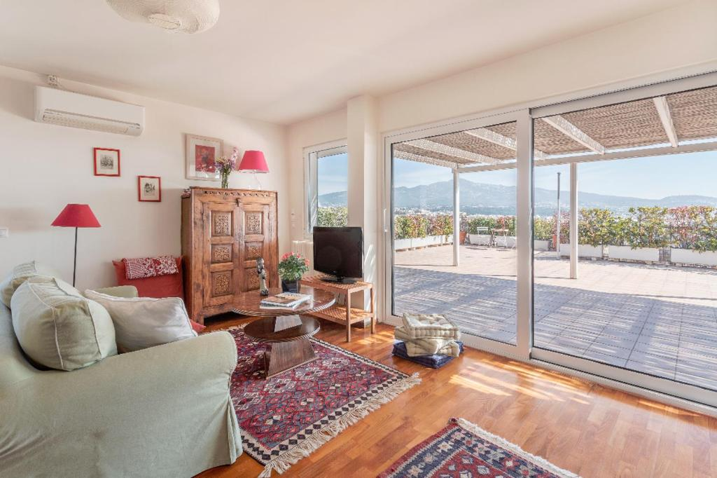 Ein Sitzbereich in der Unterkunft Quiet Loft with Panoramic View on Athens