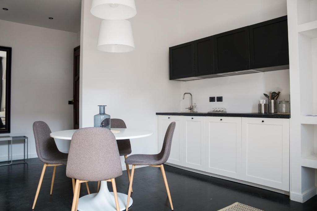 A kitchen or kitchenette at Appartamento Lusso Milano Centro Duomo Castello P1