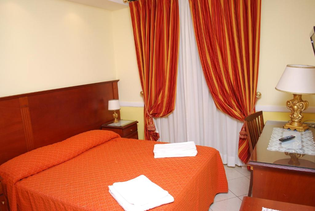 A bed or beds in a room at Hotel Valentino Palace