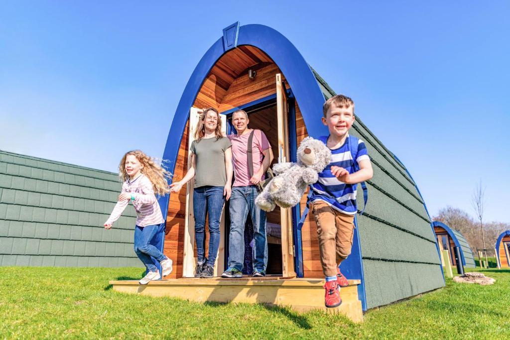 Uma família hospedada em Stargazing Pods