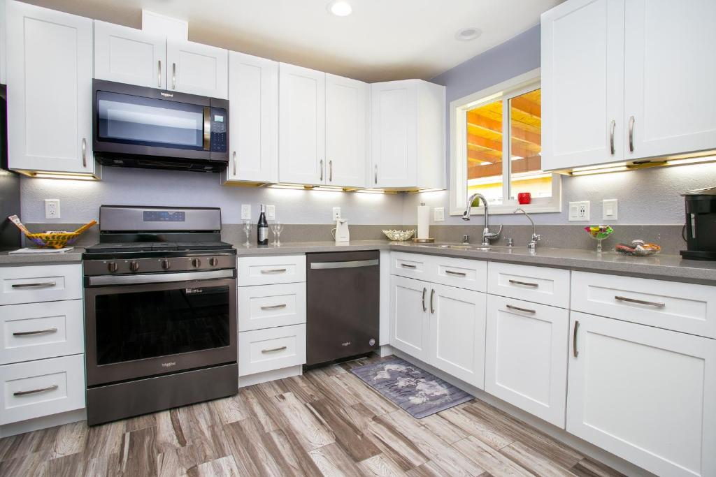 A kitchen or kitchenette at 3 Bed 2 Bath Remodeled Boulder City Home