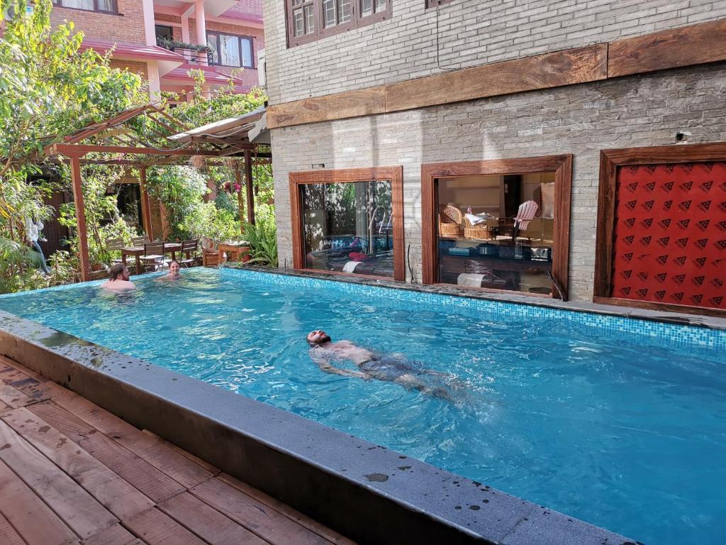 בריכת השחייה שנמצאת ב-Hotel Middle Path & Spa או באזור