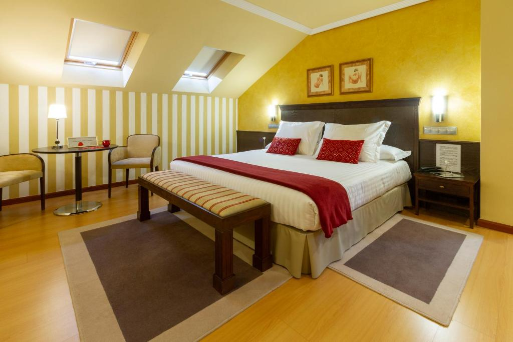 A bed or beds in a room at Hotel Miravalle