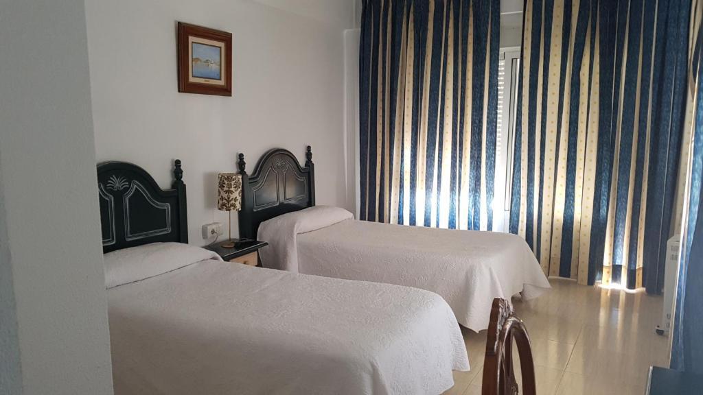 A bed or beds in a room at Pensión La Isleta del Moro