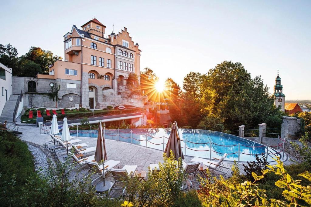 Het zwembad bij of vlak bij Hotel Schloss Mönchstein