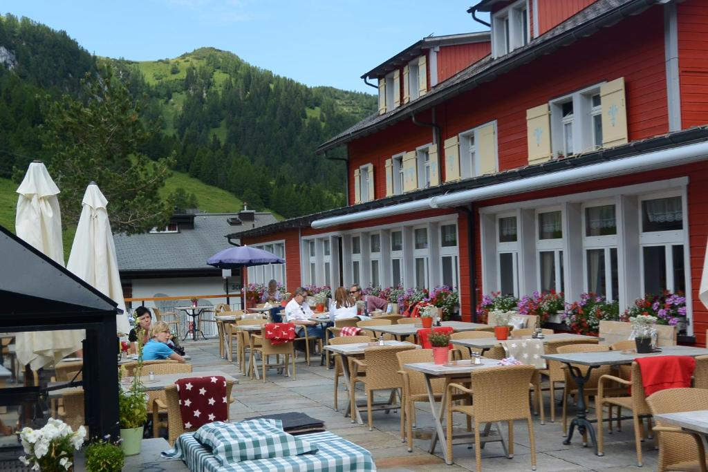 A restaurant or other place to eat at Vögeli Alpenhotel Malbun