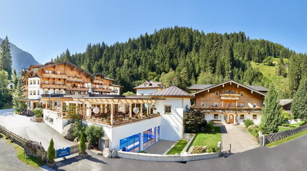 נוף של הבריכה ב-Habachklause Baby- und Kinderhotel | Bauernhof Resort או בסביבה
