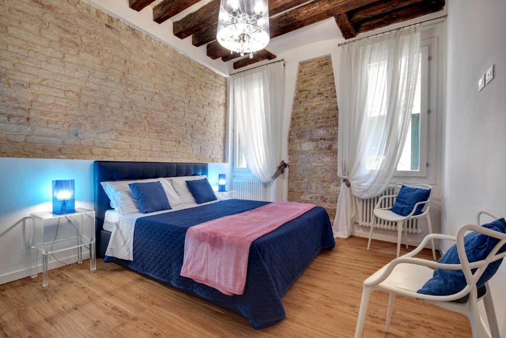 A bed or beds in a room at Charming Castello Apartments