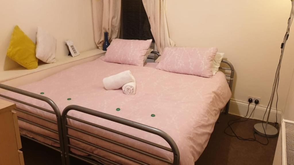 A bed or beds in a room at Edinburgh City Centre Jasmine Apartment