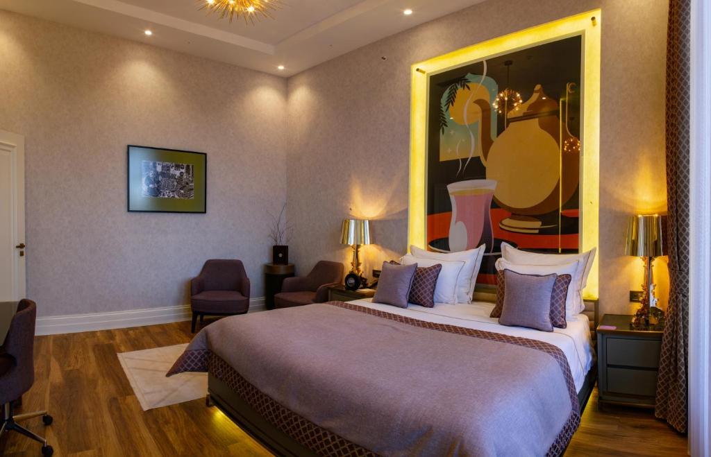 سرير أو أسرّة في غرفة في ART Gallery Boutique Hotel