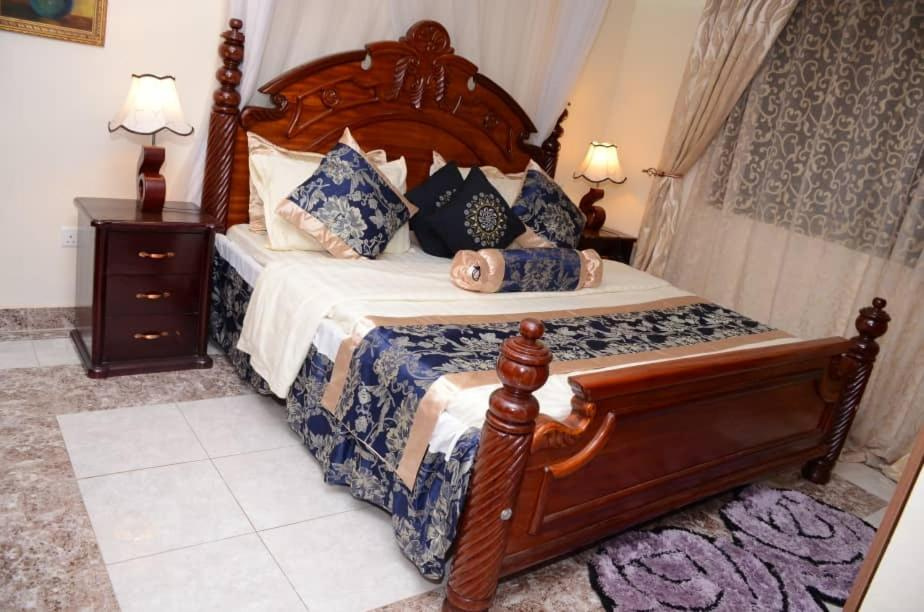 A bed or beds in a room at Albert Suites, House 4 (Junior Suite)