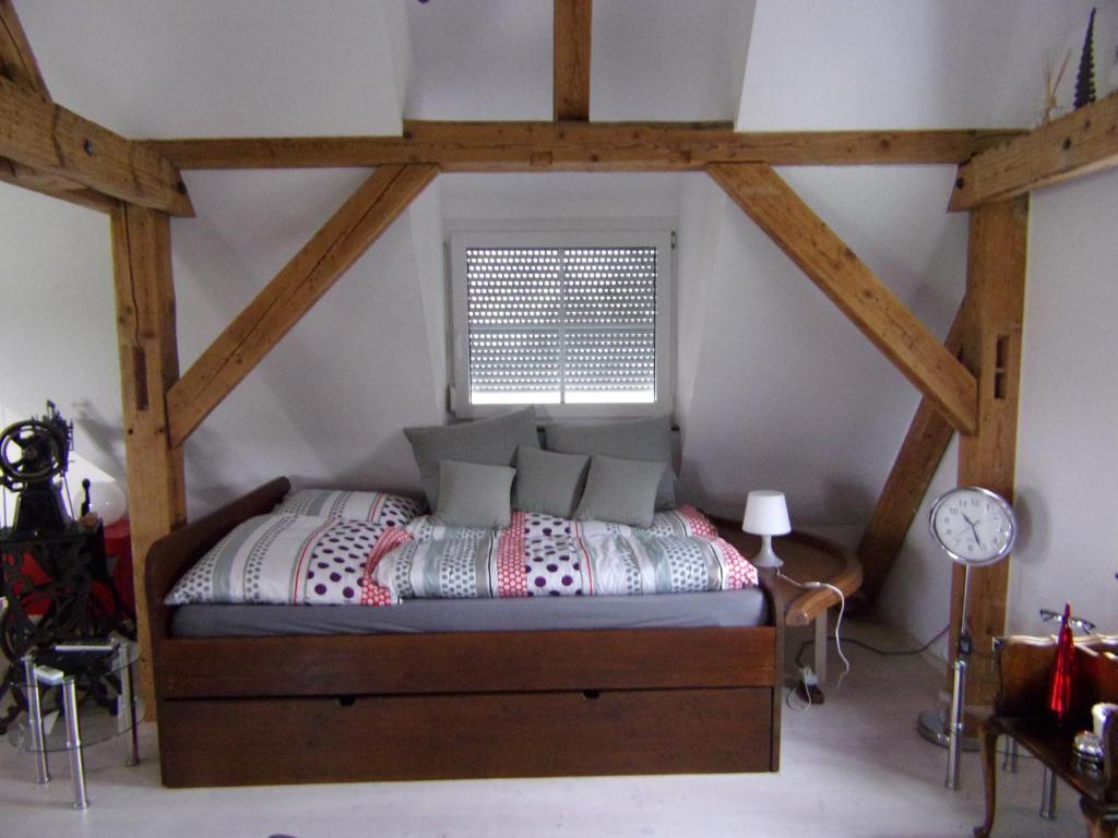 Ein Bett oder Betten in einem Zimmer der Unterkunft Kleines Schlösschen