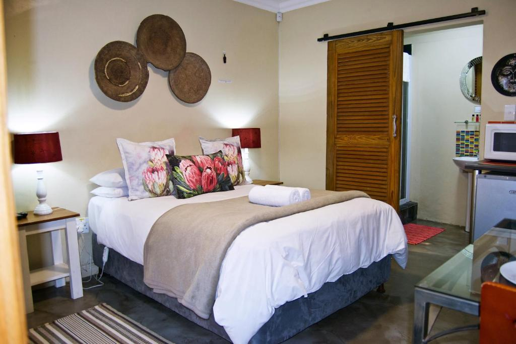 A bed or beds in a room at Pumleni Guesthouse