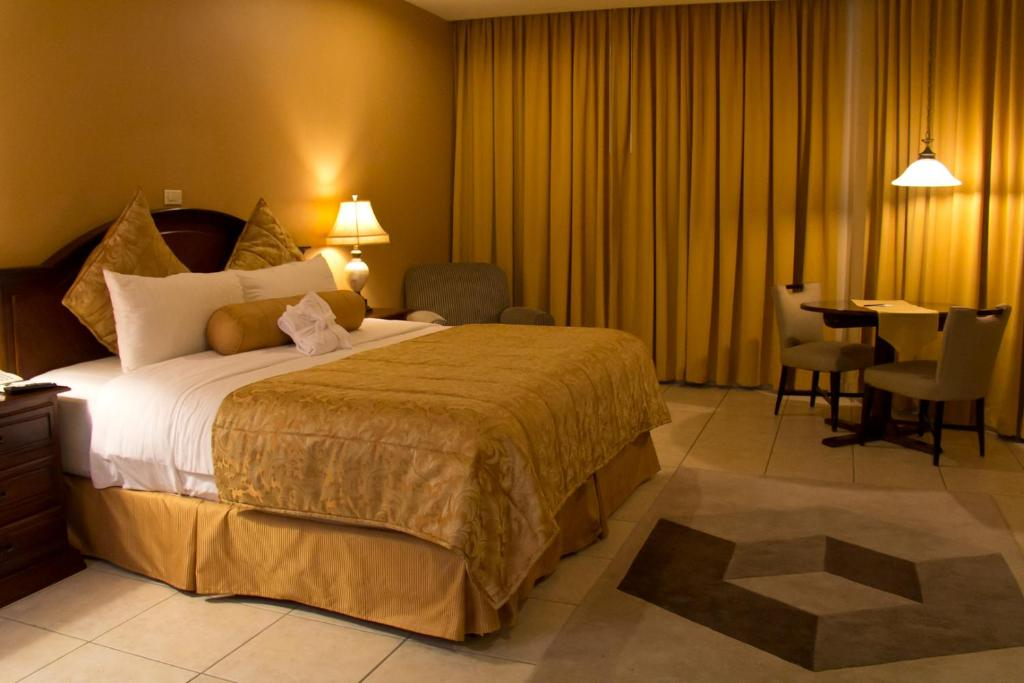 A bed or beds in a room at Hotel Monteolivos