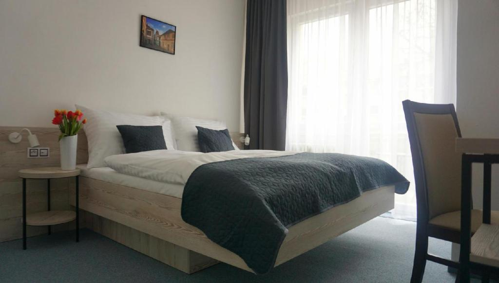 A bed or beds in a room at Hotel Metropol CB