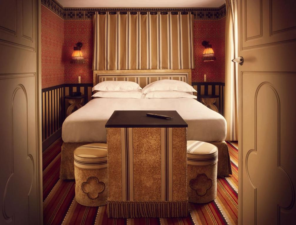 A bed or beds in a room at Hôtel Bourg Tibourg