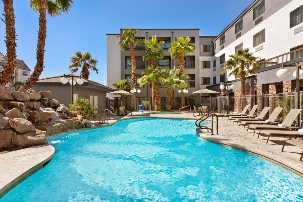 The swimming pool at or close to Courtyard Las Vegas South