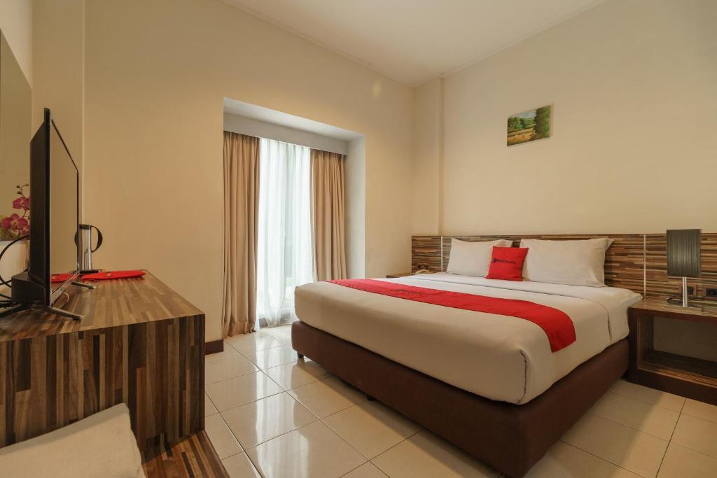 Tempat tidur dalam kamar di RedDoorz Premium @ Gunung Sahari 2