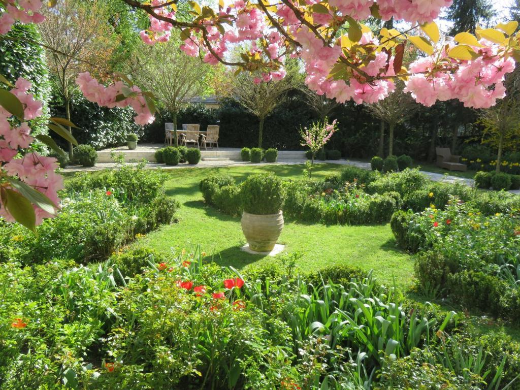 A garden outside Boutiquehotel Villa Sissi