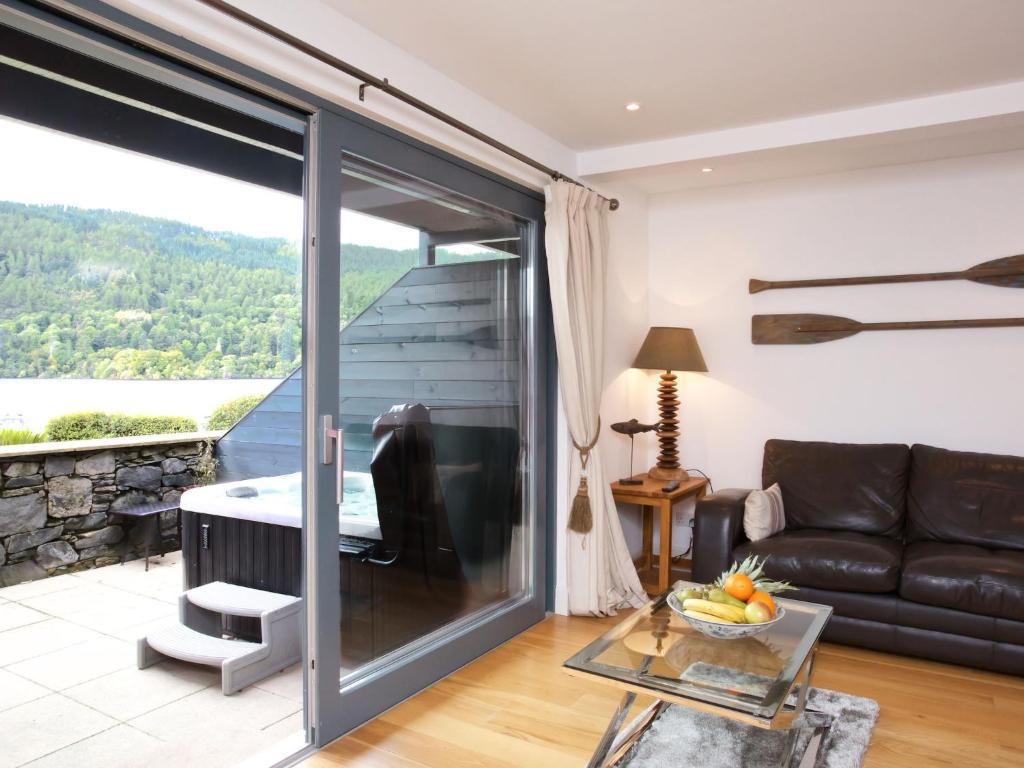 A seating area at Apartment Loch Tay.3