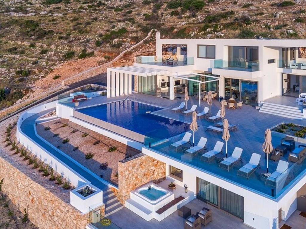 Vista sulla piscina di Villa Villa Aurora o su una piscina nei dintorni
