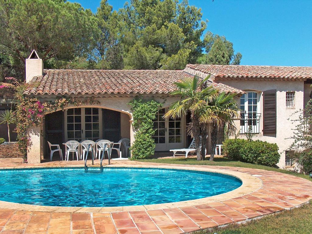 The swimming pool at or near Villa Mas Baladou