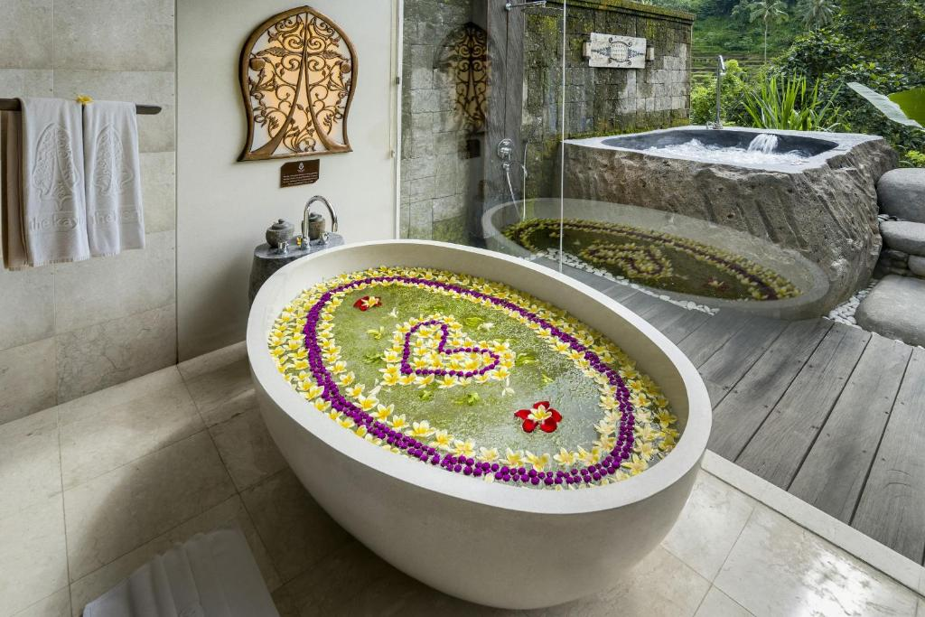 Un baño de The Kayon Jungle Resort by Pramana
