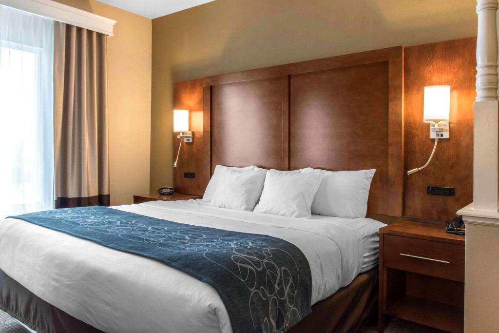 A bed or beds in a room at Comfort Suites Scranton near Montage Mountain