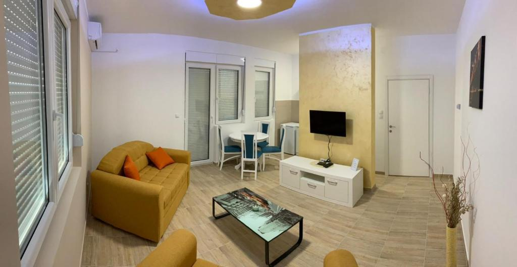 A seating area at Airport view Apartment