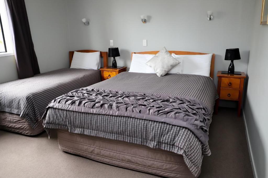 Un pat sau paturi într-o cameră la Coronation Park Motels