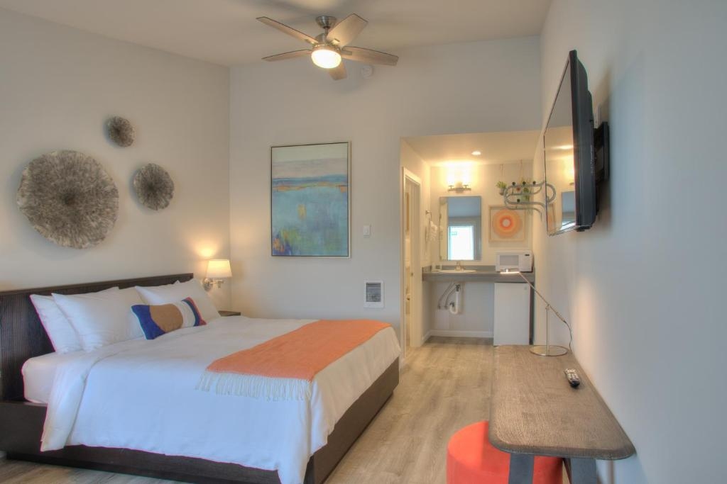 A bed or beds in a room at Ocean Shores Resort