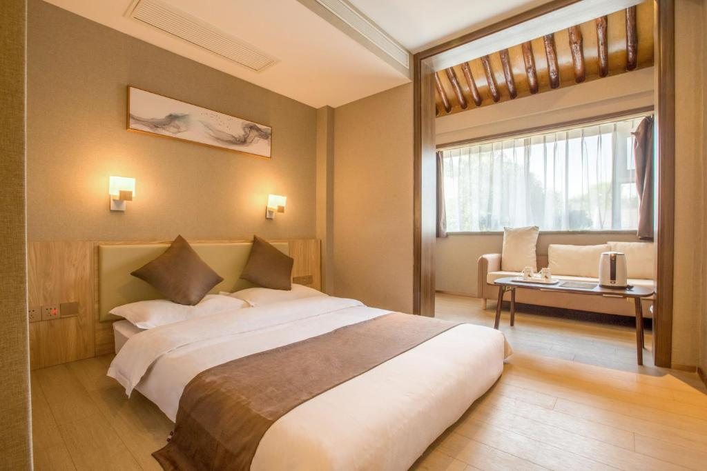 A bed or beds in a room at Xi'an Yunshang Hotel