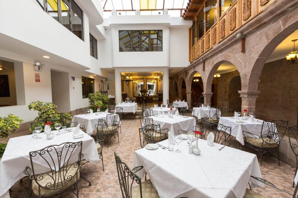 Un restaurante o sitio para comer en Terra Andina Colonial Mansion