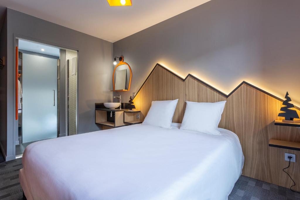 Cama ou camas em um quarto em Base Camp Lodge Hotels