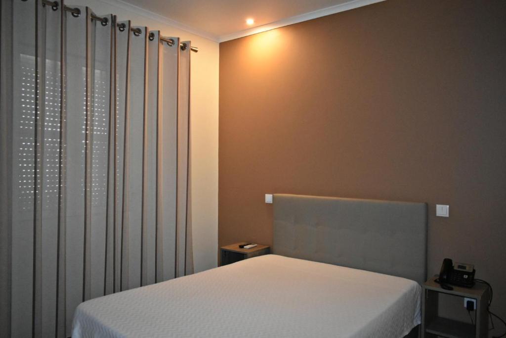 A bed or beds in a room at Horta d'Alva