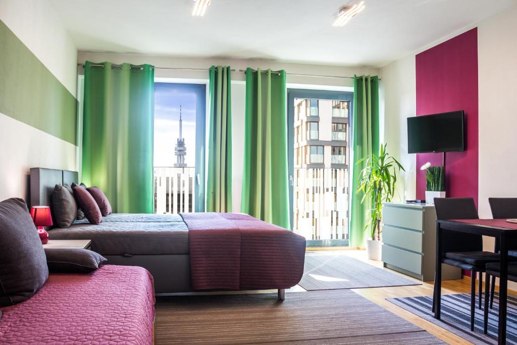 Μια τηλεόραση ή/και κέντρο ψυχαγωγίας στο Prague apartment in residential tower · parking