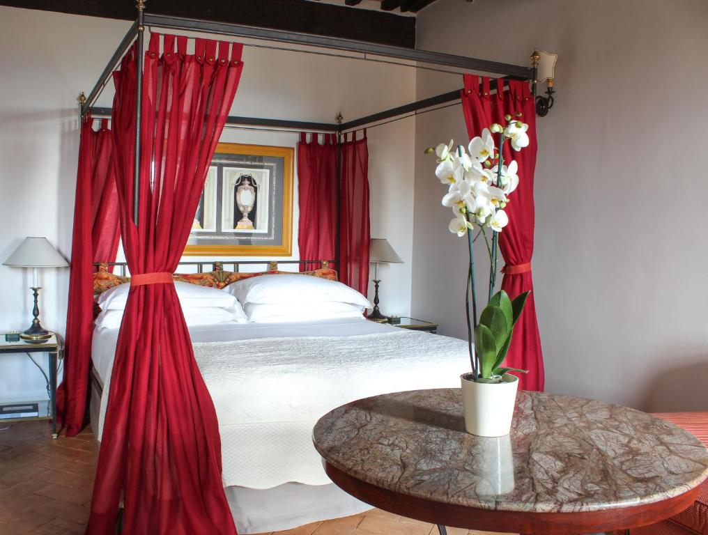 A bed or beds in a room at Grand Hotel Continental Siena - Starhotels Collezione