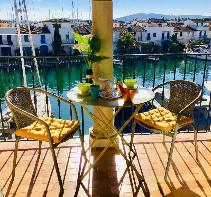 A balcony or terrace at Port-Grimaud Romantique (newly renovated)