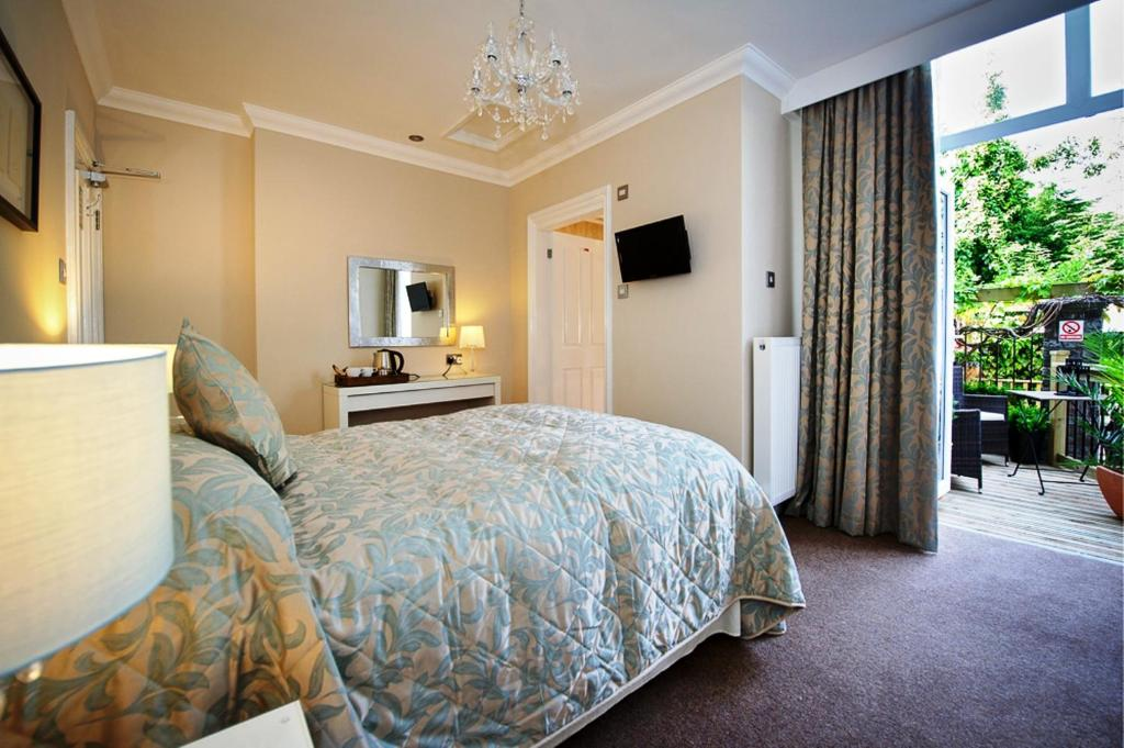 A bed or beds in a room at Lennox Lea Studios and Apartments