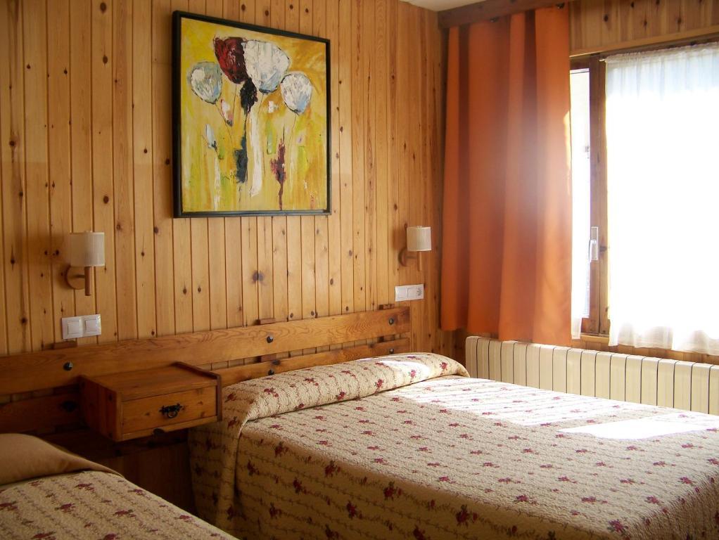 Llit o llits en una habitació de Hotel Prats