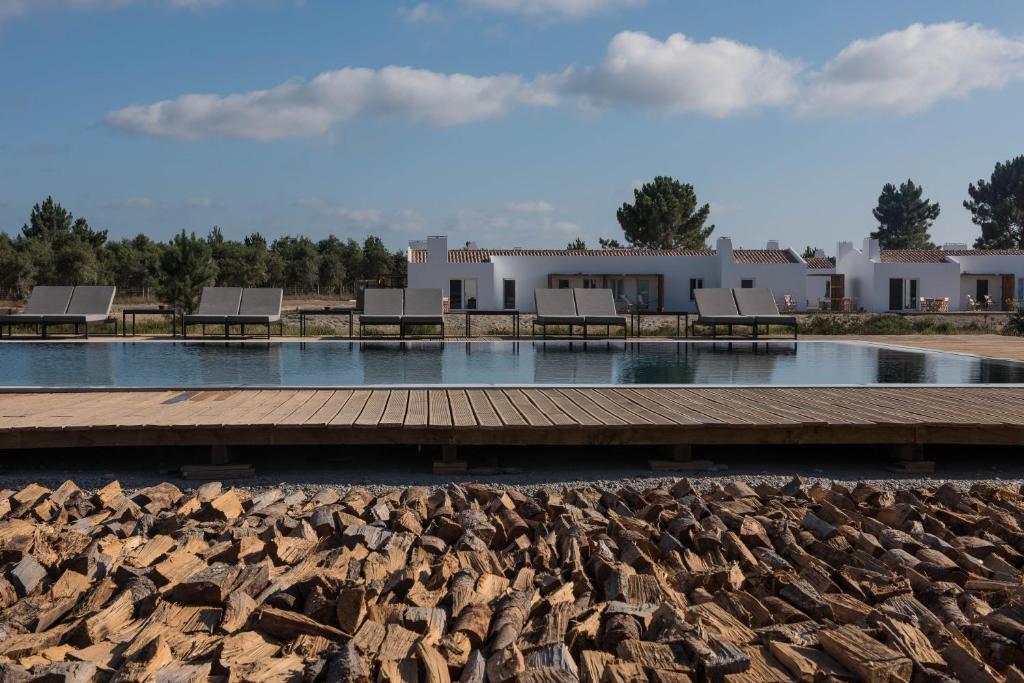 A piscina localizada em Craveiral Farmhouse by Belong ou nos arredores