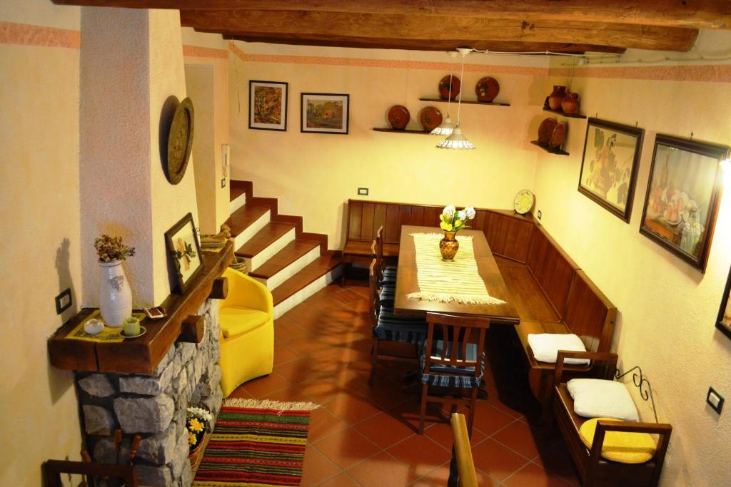 A restaurant or other place to eat at La Giara Bed&Breakfast