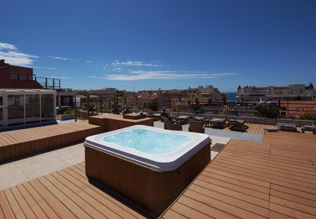 The swimming pool at or close to Best Western Plus Le Patio des Artistes Wellness Jacuzzi
