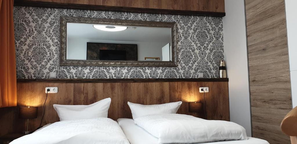 Ein Bett oder Betten in einem Zimmer der Unterkunft Hotel am Rossberg
