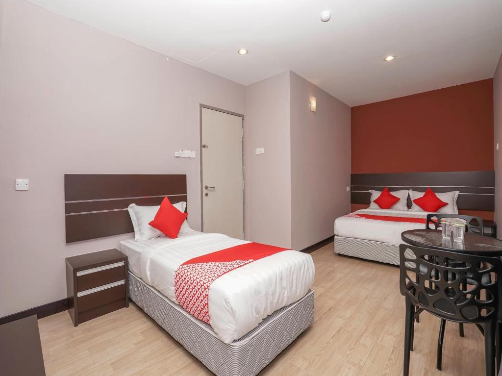 Katil atau katil-katil dalam bilik di OYO 1043 Get Inn Hotel Sendayan Penginapan Hotel Murah di Port Dickson