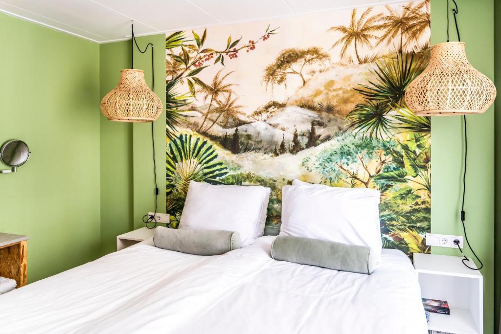 Een bed of bedden in een kamer bij Boutique Hotel Charley's